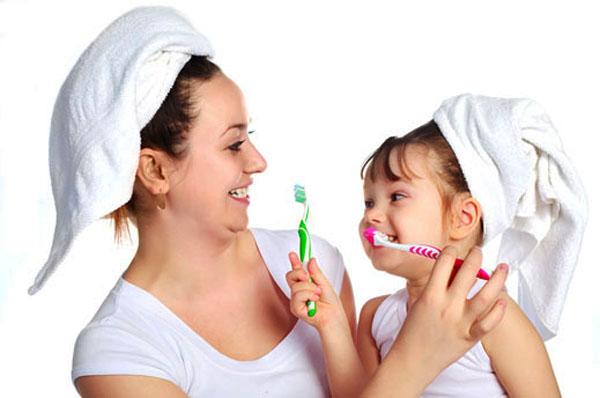 melatih sikat gigi