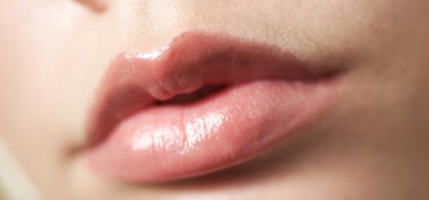 jerawat di bibir